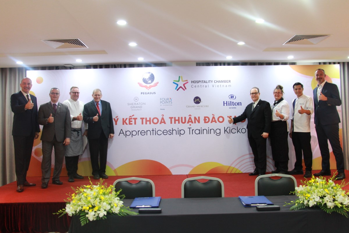 """Signing Ceremony of """"APPRENTICESHIP TRAINING KICKOFF"""" between Pegasus International College and hotels in Danang city"""