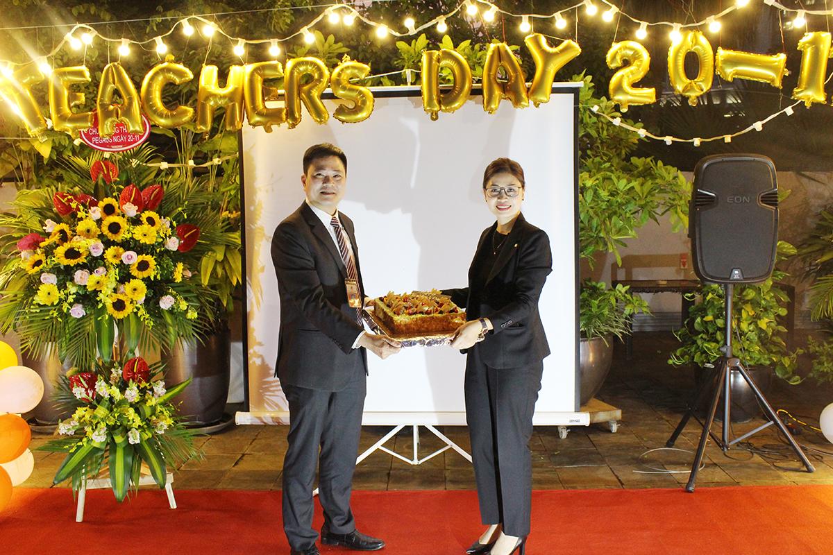Anh Ngô Trung Hà - đại diện nhà trường nhận món quà tri ân từ khách sạn Sofitel Legend Metropole